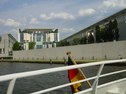 Bundeskanzleramt vom Fluß aus gesehen - Bundeskanzleramt