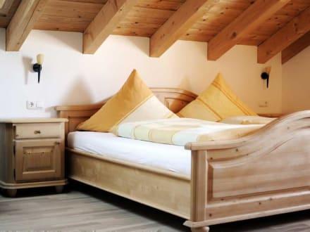 schlafzimmer der ferienwohnung im dachgeschoss bild bauernhof zacherlhof in grassau bayern. Black Bedroom Furniture Sets. Home Design Ideas