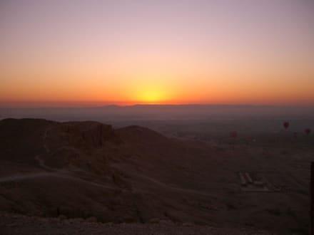 Sonnenaufgang über Deir El Bahari - Tempel der Hatschepsut