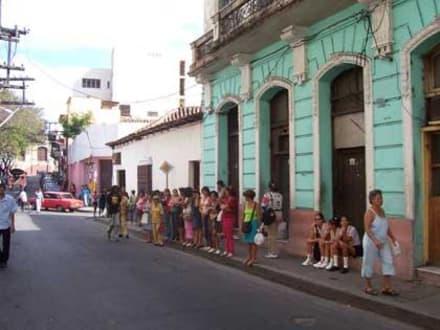 Warten auf eine Mitfahrgelegenheit - Altstadt Santiago de Cuba