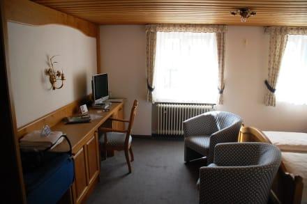 Schreibtisch und TV - Hotel Adler Oberstaufen