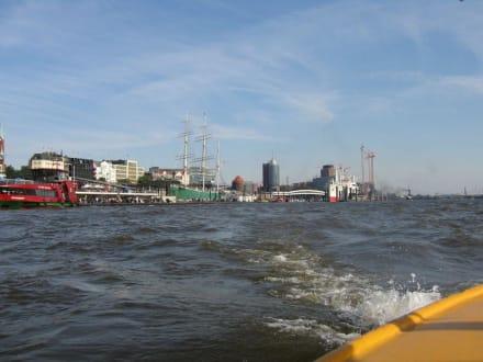 Hafen von weitem - Hafenrundfahrt Hamburg