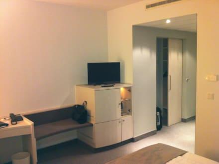 kleiderschrank und tv ecke bild sachsenpark hotel in leipzig sachsen deutschland. Black Bedroom Furniture Sets. Home Design Ideas