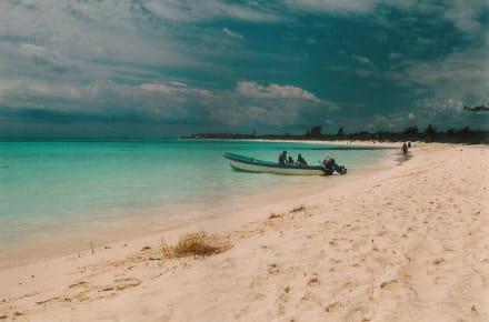 Fischerboot am Traumstrand - Strand Playa del Carmen/Playacar