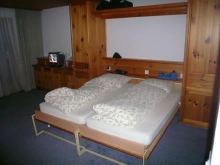 schrankbetten im doppelzimmer bild hotel laaxerhof in. Black Bedroom Furniture Sets. Home Design Ideas