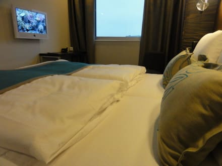 bett tv fenster alles da bild motel one hamburg am. Black Bedroom Furniture Sets. Home Design Ideas