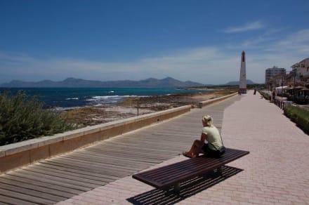 Die Promenade in Richtung Ortsende - Strand Can Picafort