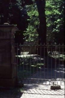 Eingang zum Grabmal - Laves-Kulturpfad