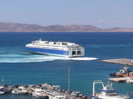 Eine moderne Fähre legt ab - Hafen Naxos Stadt