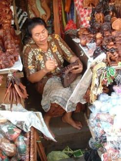 Schnitzarbeiten - Markt in Ubud