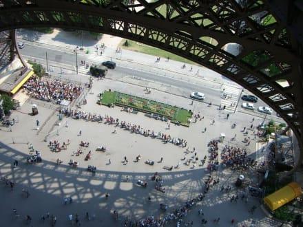 Blick auf einer der Schlangen... von oben - Eiffelturm