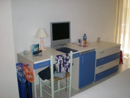 Schreibtisch und TV - Hotel Alma di Alghero