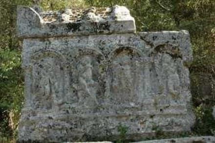 Engelwesen beschützen den Löwenkämpfer - Termessos