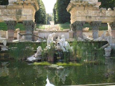 Brunnen -- Schloss Schönbrunn - Schloss Schönbrunn
