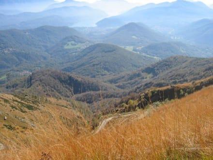 Blick vom Gipfelkreuz auf den Luganer See - Monte Lema