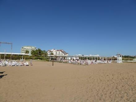 Strand mit Liegen - Strand Colakli
