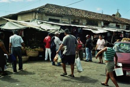 an der Markthalle in Granada - Markt