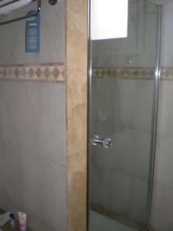 dusche mit glast r bild hotel insotel club punta prima. Black Bedroom Furniture Sets. Home Design Ideas