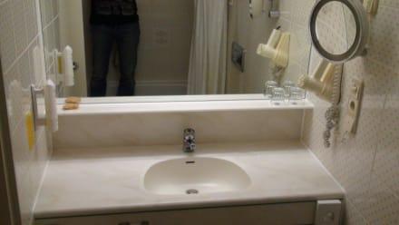 Waschtisch im Badezimmer - Leonardo Hotel Karlsruhe