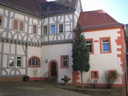 Der obere Innenhof von der Burg. - Burg Breuberg