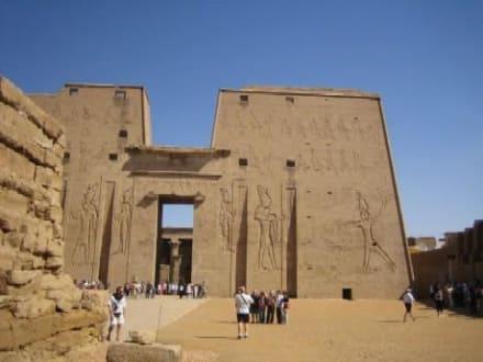 Der rechte Teil des Tempeleinganges. - Horus Tempel Edfu