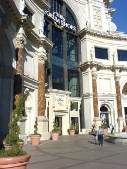 Haupteingang vom Strip - The Forum Shops
