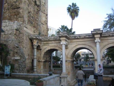 Hadrianstor in der Altstadt - Hadrianstor