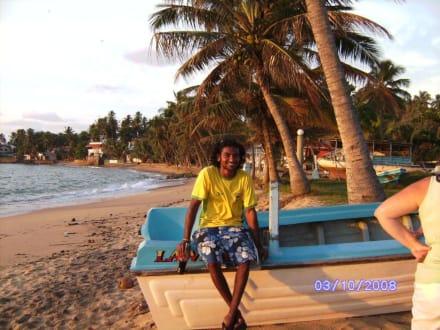 Beach Boy ( Ratu) vorm Hotel Traprospa Beach - Busfahrer (Gamini)