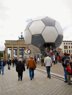Fußball-Globus am Brandenburger Tor! - Brandenburger Tor