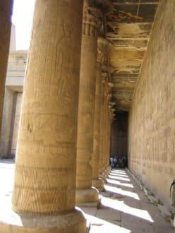 Ein Säulengang. - Horus Tempel Edfu