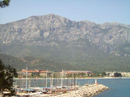 Berge und Meer - Yachthafen Kemer