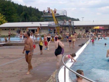 Blick auf die beliebten Sprungtürme - Freibad Goldlauter
