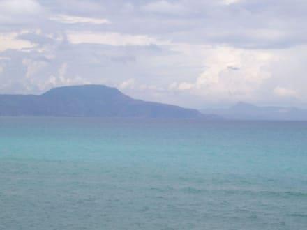 vom Strand mit Blick aufs Meer - Bucht von Kalami