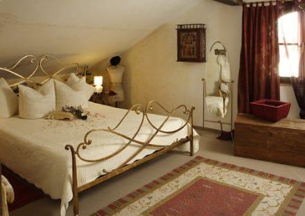 ein bett f r gro e leute 2 20m lang bild romantische 5 sterne ferienwohnungen in mittenwald. Black Bedroom Furniture Sets. Home Design Ideas