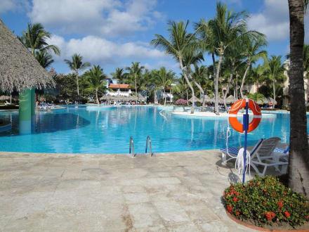 Riesige Poolanlage - natürlich mit Poolbar - IBEROSTAR Hotel Hacienda Dominicus