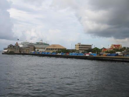 Kreuzfahrtschiff und kleine Holzlädchen... - Zentrum Willemstad