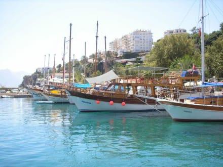 Ausflugsboote am Anleger - Hafen Antalya
