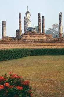 Sukhothai - die Ruinen von Wat Mahathat, eine Buddhastatue - Wat Mahathat