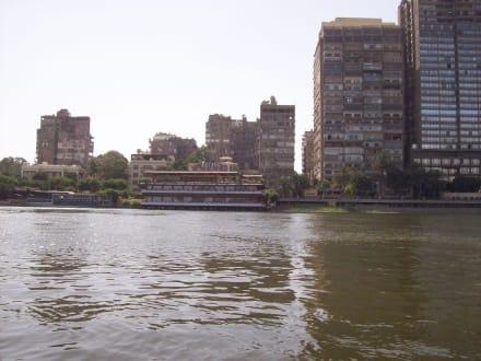 Am Ufer liegen Restaurant Boote - Bootstour auf dem Nil