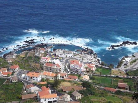 Blick auf Porto Monis Meerwasserschwimmbad - Meerwasserschwimmbecken