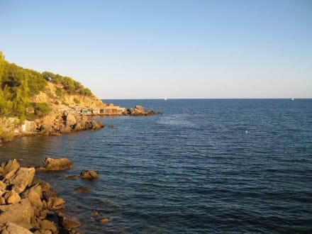 Aussicht vom Strand - Bucht von Cala LLenya