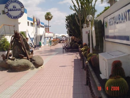 Seitenstrasse an der Strandpromenade - Shoppingcenter Boulevard El Faro