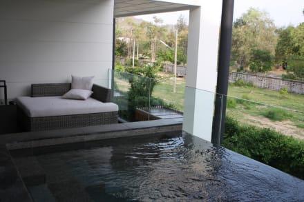 pool und liege auf dem balkon bild hotel cape nidhra in. Black Bedroom Furniture Sets. Home Design Ideas