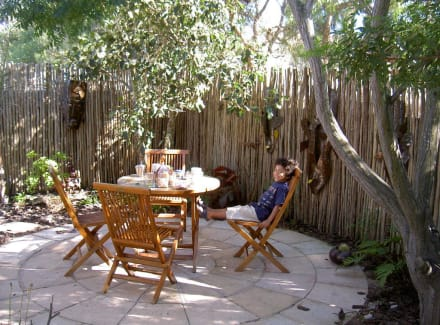 sitzplatz im garten bild bed breakfast constantia palms in kapstadt westkap s dafrika. Black Bedroom Furniture Sets. Home Design Ideas