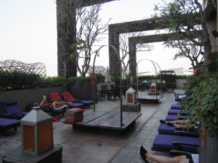 Pool mit Liegen - Hotel Siam @ Siam Design Hotel & Spa