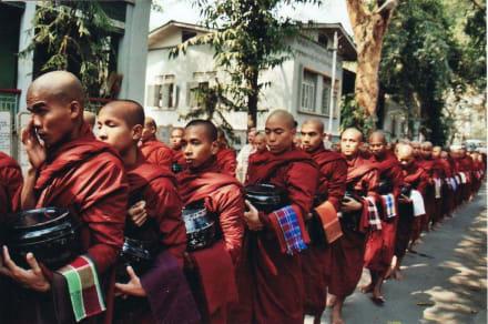 Mönchsspeisung - Kloster Mahagandayon