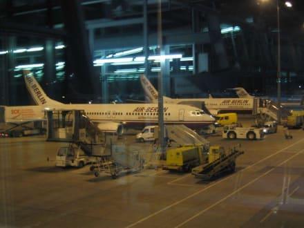 Flugzeuge bei Nacht - Flughafen Nürnberg (NUE)