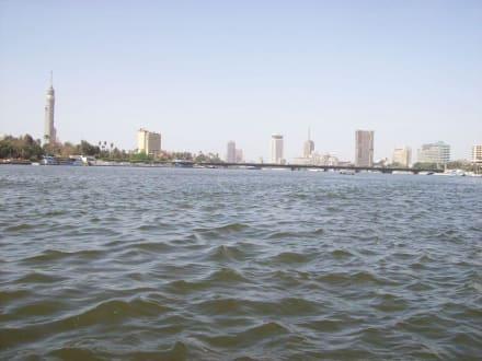Im Hintergrund ein Teil  der Skyline von Kairo - Bootstour auf dem Nil