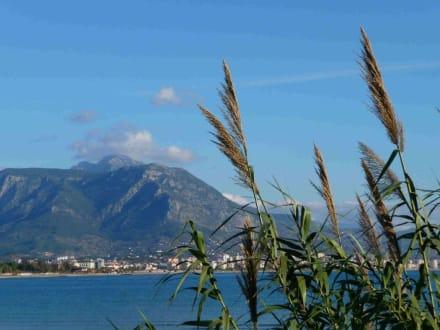 Blick auf die Berge vom Hafen aus - Hafen Alanya