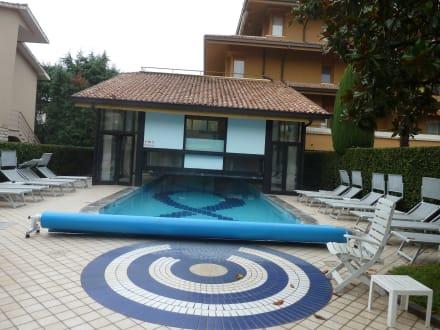 aussenpool bild hotel du lac et bellevue in bardolino. Black Bedroom Furniture Sets. Home Design Ideas